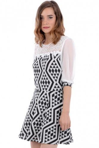 Sort og hvit kjole med sikksakk mønster og blonde detaljer øverst. Kjolen har også korte armer i tynt nettingstoff. Inneholder 95% polyester og 5% elastan.