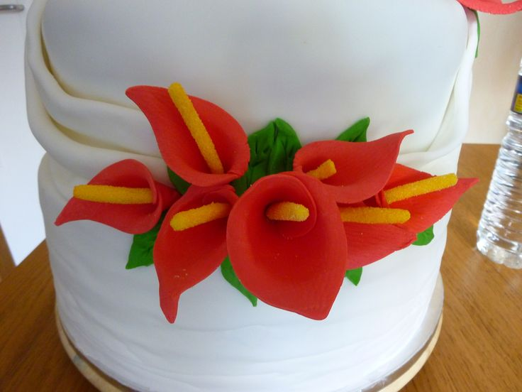"""Wedding Cake Arum Une sacrée pièce montée pour un marriage réussit. Visuellement cette réalisation semble """"tout droit sortie d'un film ou d'une sitcom à l'américaine"""" une pièce montée sur quatre étages pour une hauteur de 90 cm et une masse de plus 42kg..."""