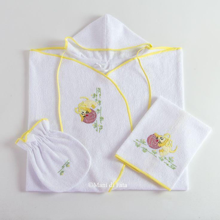 Set da bagno per il neonato composto da un accappatoio, un asciughino e una manopola confezionati in spugna di puro cotone, ricamati a mano con motivo cagnolino che gioca sul prato