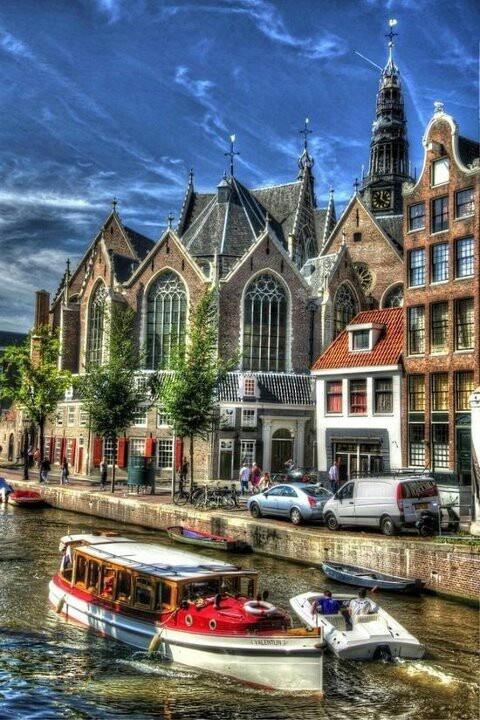 Amsterdam - lagere kerk de met toren van de Westerkerk tegen een prachtige blauwe lucht