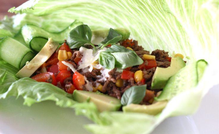"""Een taco die koolhydraatarm is, maar nog steeds Mexicaans lekker en net zo krokant als een echte maistaco. Dat recept vind je hier. Na het succes van de wrap van sla met kipfilet (recept hier), de Oosterse sla wrap (recept hier) en de sla wrap met garnalen en omelet (recept... <a href=""""http://cottonandcream.nl/sla-taco/"""">Read More →</a>"""