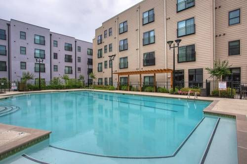 Germantown Apartment by Stay Alfred Nashville (Tennessee) Situated 1.8 km from Nissan Stadium Formerly LP Field and 10 km from Grand Ole Opry, Germantown Apartment by Stay Alfred offers accommodation in Nashville. The air-conditioned unit is 1.2 km from The District.