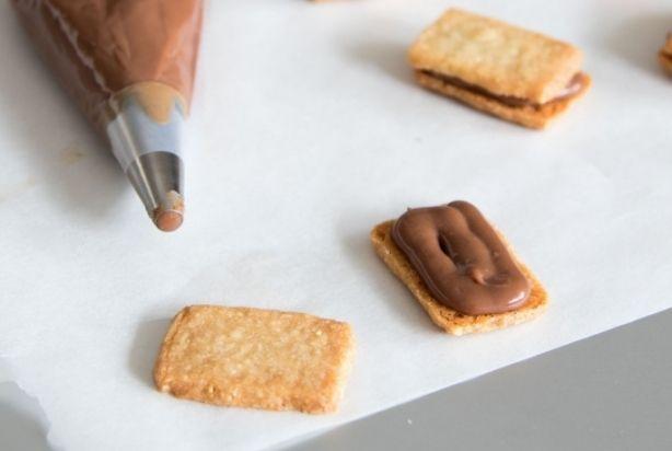 Deze heerlijk kruimelige Sablés zijn zeker de moeite waard om te maken. De koekjes zijn gemaakt van fijngemalen hazelnoten met daartussen een romige crème.Deze gevulde hazelnootkoekjes zijn onwijs lekker bij een kopje koffie of thee, al eten ze wel wat lastig doordat de vulling er makkelijk tussenuit loopt. Geniet ervan! Tip: de koekjes zijn ook lekker zonder vulling.