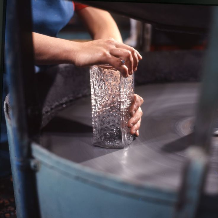 Lasiesineen hiontaa / #glass #design #finnishdesign #Mantyharjunlasi #Mäntyharju