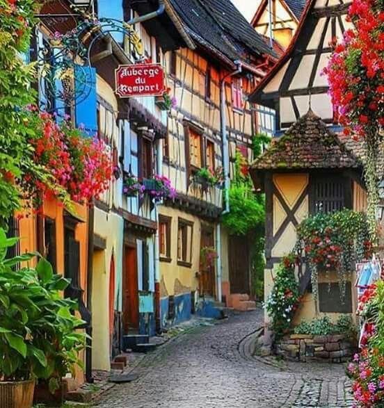 Una esquina romantica en Colmar Alsace, Francia. Foto por Wonderful Places Imágenes del mundo para tu placer www.aviatours.net  Shared by Edith Cruz