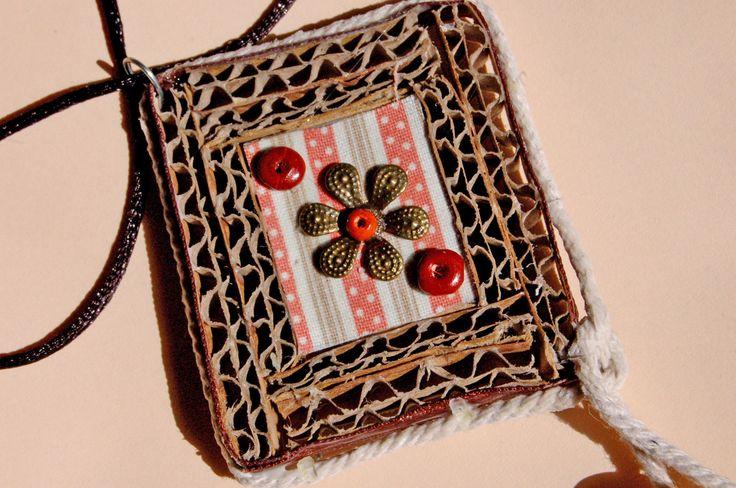 Eco-biju.Colgante de carton corrugado,tela,soguita y abalorios de madera.