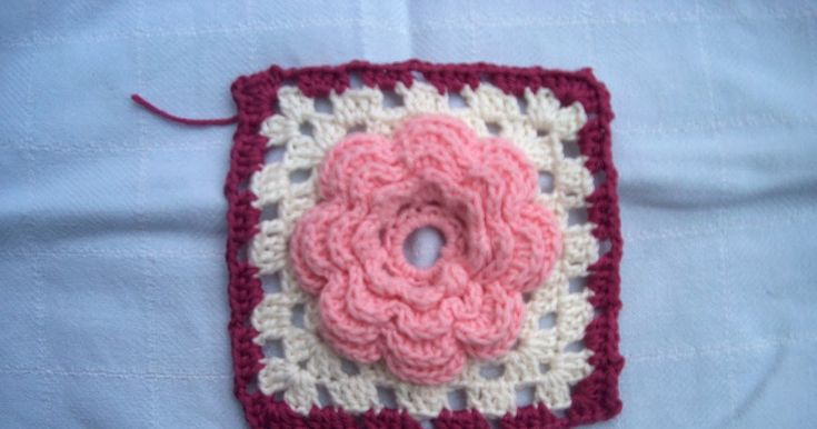 Voor mijn granny square tas in roze-, donkerrood- en paarstinten heb ik ook een bloemenkant gemaakt. Een aantal bloemen zijn inmiddels de re...