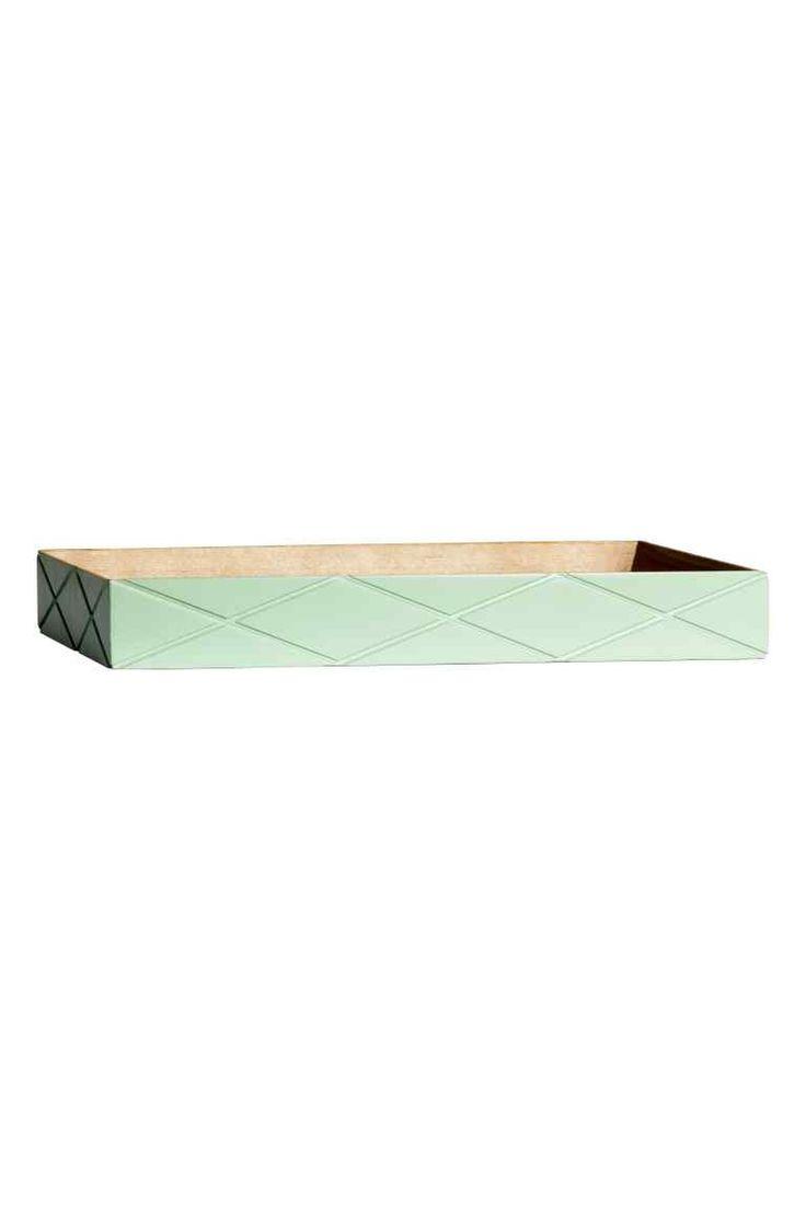 Drewniana taca: Prostokątna drewniana taca z malowanymi bokami i wyżłobionym wzorem. Wymiary 4x18x31 cm.