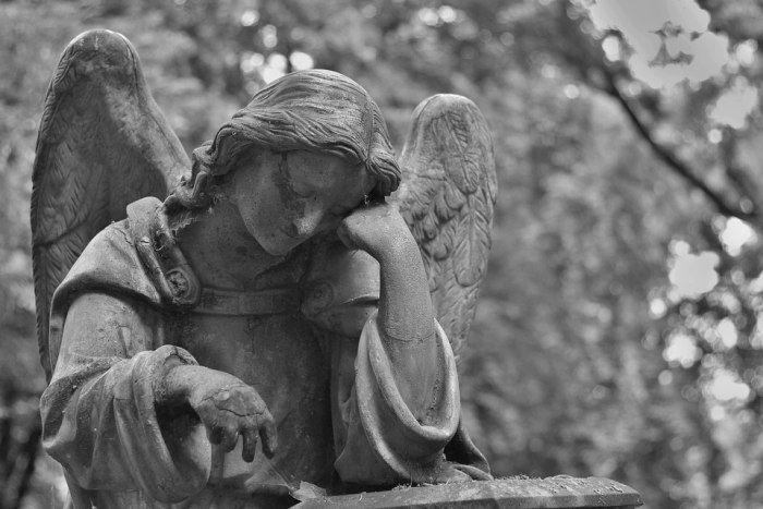 Reportaj din cimitir. Viața de lângă moarte