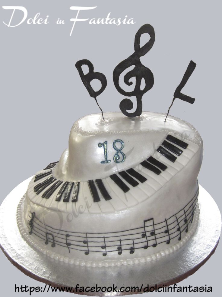 Torta Pianoforte - pan di spagna al cioccolato, crema al cioccolato, panna e fragoline. / Piano cake - chocolate sponge cake, chocolate cream, whipped cream and strawberries #pianocake #music #cake #musiccake