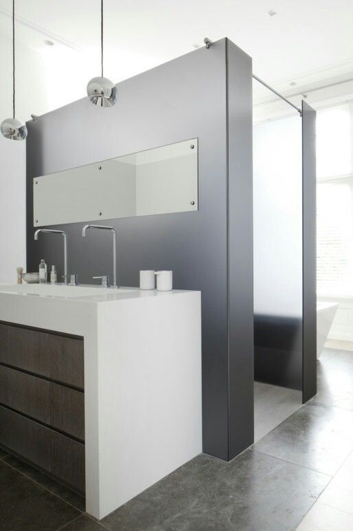 Et la dernière partie de la salle de bain, toujours en camaïeu de gris. Chic #bathroom #grey #smart Remy Meijers