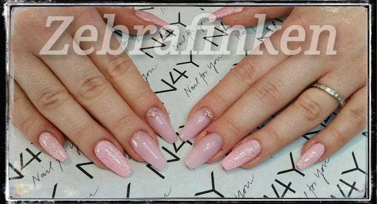 Flotte akryl negle med pink nail art lavet af Maria