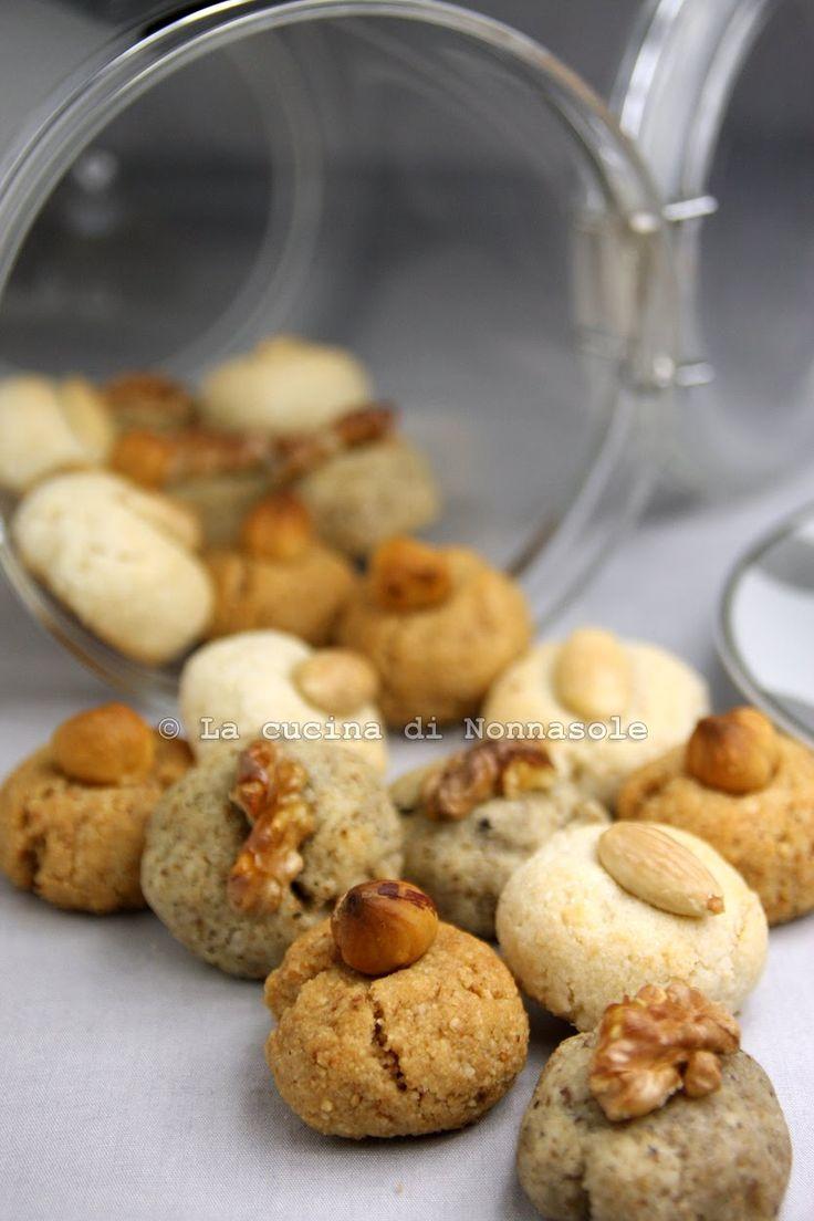 Questi biscottini provengono da una ricetta di Nigella; a dir la verità a me l'ha data  Libera  e la prima volta li ho assaggiati Qui . H...