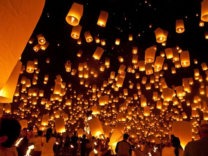 1. See Chinese lanterns spread into the night sky