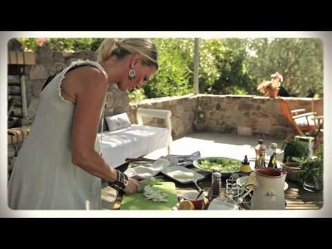 Victoria Riis tillagar en Caesarsallad med Saganaki på Lesvos i Grekland.