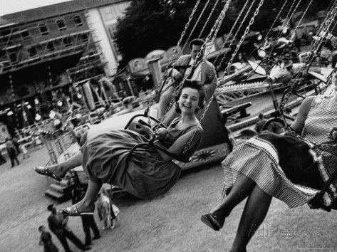 """des personnes chevauchant un manège, lors de la célébration du 800e anniversaire de Munich"""""""