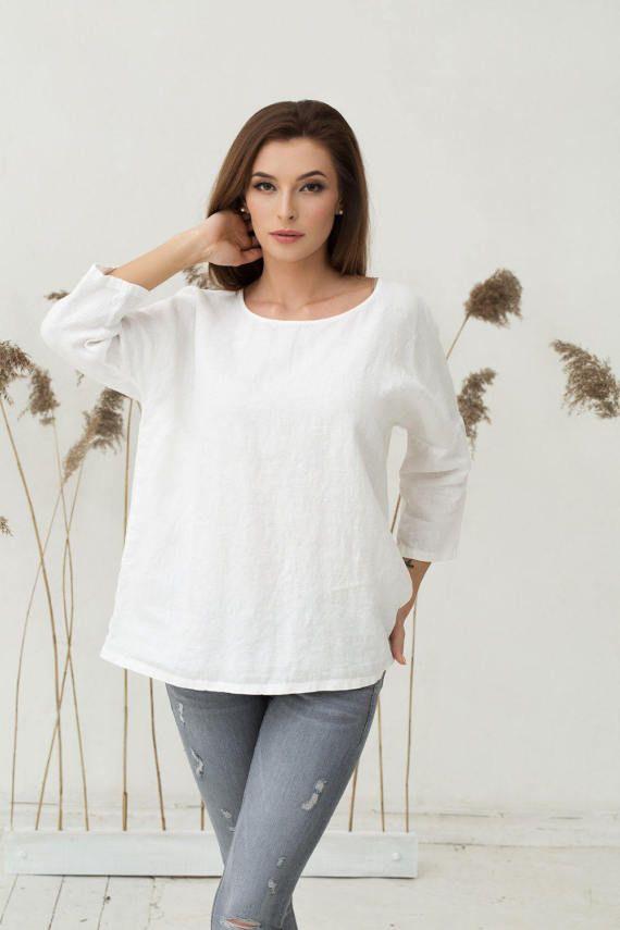 Losse pasvorm onthard zuiver linnen top voor vrouwen in off white (wit met een kleine hint van geel) kleur. Deze linnen blouse balanceert de twee dingen die we meest schelen: comfortabel en zoekt geweldig! De oversized silhouet ziet er goed uit op iedereen en gaat goed met het bedrijf of vrijetijdskleding.  Kenmerken:  -3/4 mouwen -drop schouders  - - - - - - - - - - - - - - - - - - - - - - -  MATEN (Controleer onze maattabel met exacte metingen vermeld met een fotos):  XS (Europa, UK, A...