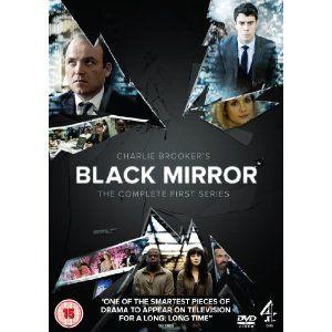 Black Mirror: está si es una serie de culto que todo el mundo debería ver. La reflexión que hay detrás de cada capítulo es tan realista que da miedo. Una visión futurista que realmente está ocurriendo en la actualidad. Buenísima