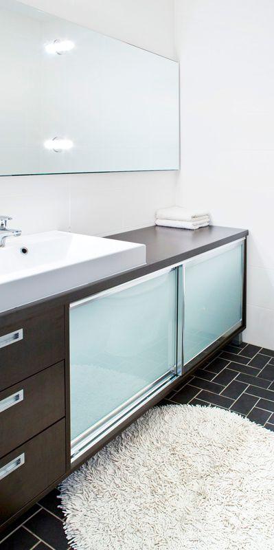 Wengen värinen liukuovikaapisto wc -kalusteena. Valmistettu mittatilauksena seinästä seinään.