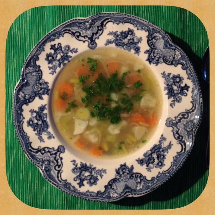 Van mijn moeder heb ik dit recept voor kippensoep. Het is een heerlijk ouderwets soepje, dat zij weer van haar moeder heeft. De ingrediënten zijn heel simp