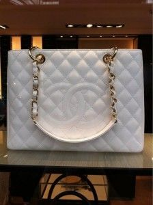 the iconic quilted Channel Handbag view more: www.buylouisvuittonofficial.com/ #CYBERMONDAY