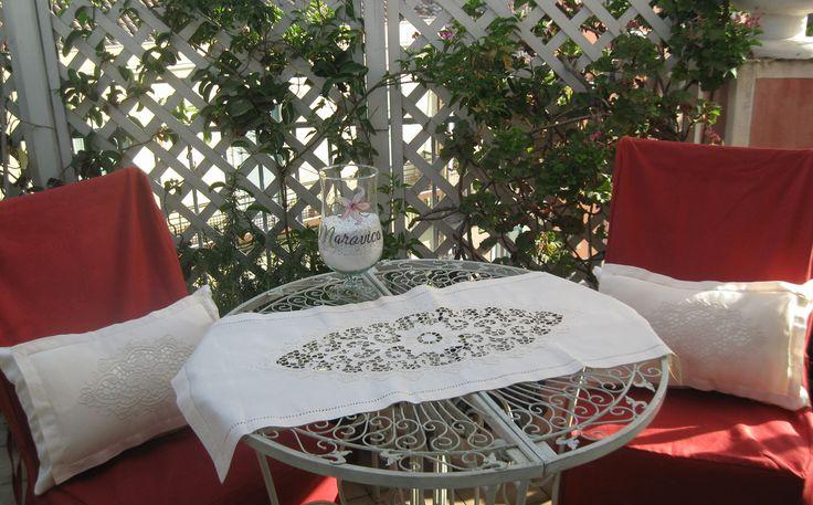 Set 2 cuscini cm 30x50 e una striscia da tavolo shabby chic in lino ricamato a intaglio