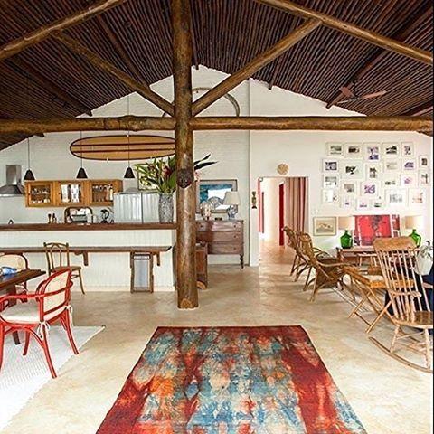 """3,964 Likes, 35 Comments - CASA CLAUDIA (@revistacasaclaudia) on Instagram: """"Esta casa projetada por Beto Galvez e Nórea Devitto tem toques rústicos e pontos de cores quentes…"""""""