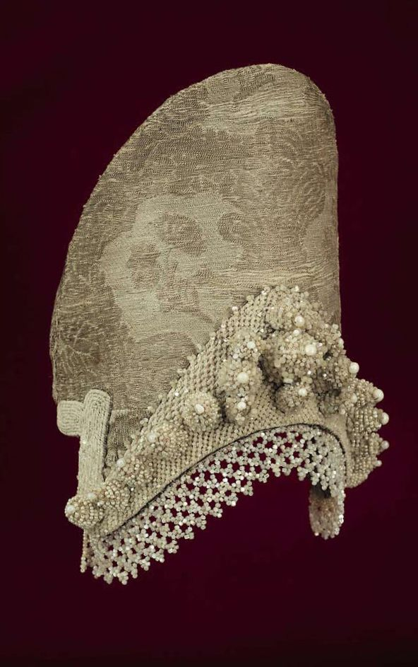 Kokoshnik – a headdress of a woman from the town of Toropets, Pskov Province, Russia. Late 18th – early 19th century. #Russian #folk #national #costume