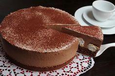 Die Schoko-Mousse-Windbeutel-Torte sieht schön festlich aus und ist eine kleine Sünde wert. Ein Rezept das Gäste staunen lässt. #torten #schokotorte #dessert