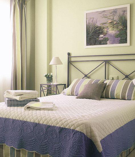 Un dormitorio en tonos suaves