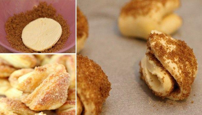 Tvarohové koláčky ke kafíčku | NejRecept.cz...200g twarogu utrzeć ze 100g masła -wmieszać szklankę mąki -gładkie ciasto rozwałkować na 4mm-wykrawać szklanką koła..obtaczać w cukrze brązowym-złożyć w ćwiartkę,posypać ponownie cukrem -na pergamine -piec 20minut190 st