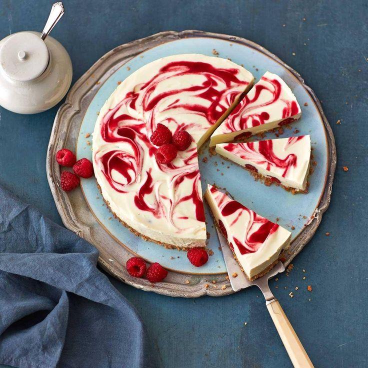 Heute bleibt der Ofen aus: Die Füllung aus Quark, Frischkäse und Sahne geliert im Kühlschrank. Himbeermark und frische Beeren setzen Farbakzente.