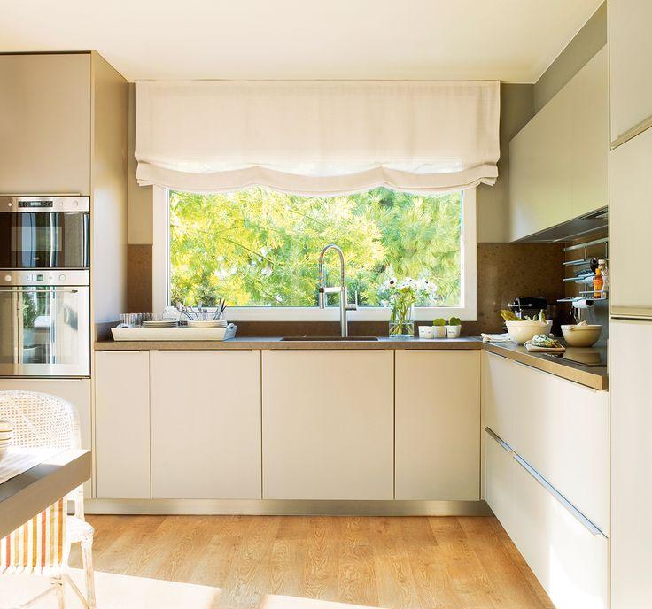 cocina en l en tonos claros con parquet de madera amplias ventanas con estores ideas