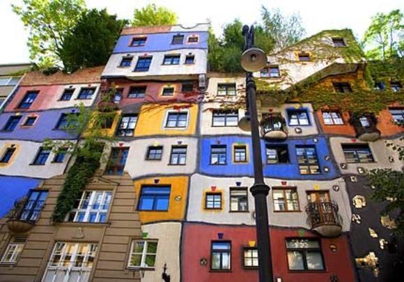 Hundertwasser. De leerlingen kregen de opdracht om van verpakkingsmaterialen zelf een huis te ontwerpen in de stijl van Hundertwasser. Daarna papier-maché eroverheen laten drogen en schilderen.