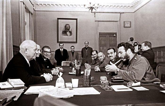 """Фидель Кастро на встрече в Кремле, 1963 г. На руке у Кастро двое часов """"Ролекс""""."""
