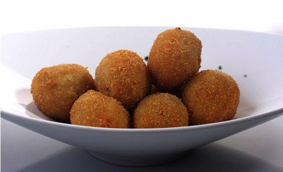 Imagen: www.traveler.es   Comenzamos haciendo la ensaladilla rusa   600 gramos de patatas cortadas en dados pequeños  150 gramos de zanaho...