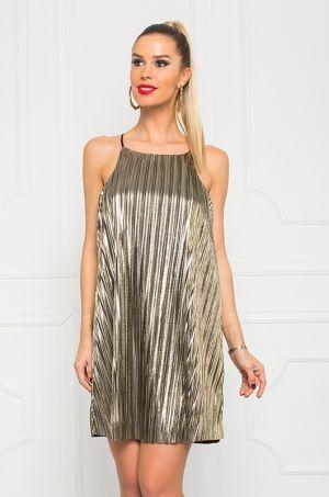 Zlaté šaty na tenké ramienka, voľného strihu, ušité z príjemného materiálu. Vhodné na párty, večierok, či spoločenskú udalosť