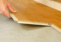 Viele scheuen das Verlegen von Bodenbelag. Unsere Schritt-für-Schritt-Anleitung macht Parkett- und Laminat verlegen kinderleicht.