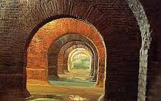 Fermo Cisterne romane 40 a.c. Erano cisterne di raccolta delle acque in cui si raccoglieva l'acqua piovana che serviva alla città. Costruite in opus caementicium. Sono tutte ben conservate e si possono visitare.