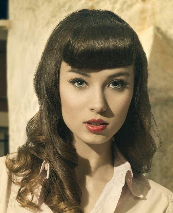 acconciatura-anni-50-donna-capelli-castani-frangia-ricci-boccoli-camicia-bianca