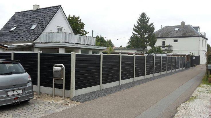 Betonhegn med Xl-blokprofil i sort som gør dit hegn helt specielt med de høvlet bløde kanter kombineret med betonstolpen.