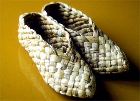 Slippers of reed, Finnish traditional handicrafts from early 1900. Made in Kruunypyy, Finland | Yläkuvassa kruunupyyläiset kaislatossut, jotka ovat tekniikaltaan samanlaiset kuin tuohivirsut. SKM K0282/0061