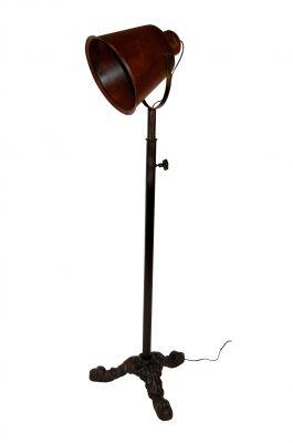 Landelijke vloerlamp in vintage look. De robuuste kap heeft een authentieke finish en de antiekzwarte voet is zwierig uitgewerkt. Maximale hoogte 180 cm.