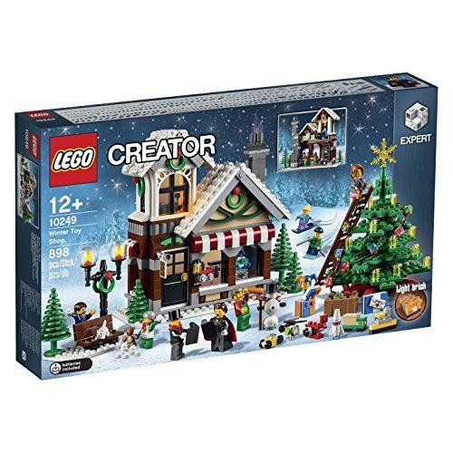 LEGO Creator 10249 - Weihnachtlicher Spielzeugladen Enthält 8 Minifiguren mit passendem Zubehör: einen Weihnachtssänger, eine Weihnachtssängerin, eine Frau, 2 Männer, 2 Jungen und ein Mädchen. Mit Spielzeugladen, einem großen Weihnachtsbaum mit Schmuck, einer Leiter, einer Bank, einer verschnörkelten Straßenlaterne, einem Schneemann samt Karottennase sowie einer Katze Spielzeugladen mit LEGO® Leuchtstein, Registrierkasse, Uhr, Stuhl, Tisch, Werkzeug und einer Leiter und noch mehr