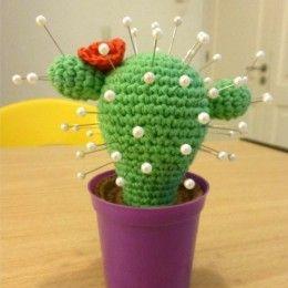 Cactus Alfiletero Amigurumi - Patrón Gratis en Español aquí: http://www.patronesamigurumi.org/patrones-gratuitos/flores/cactus-alfiletero/