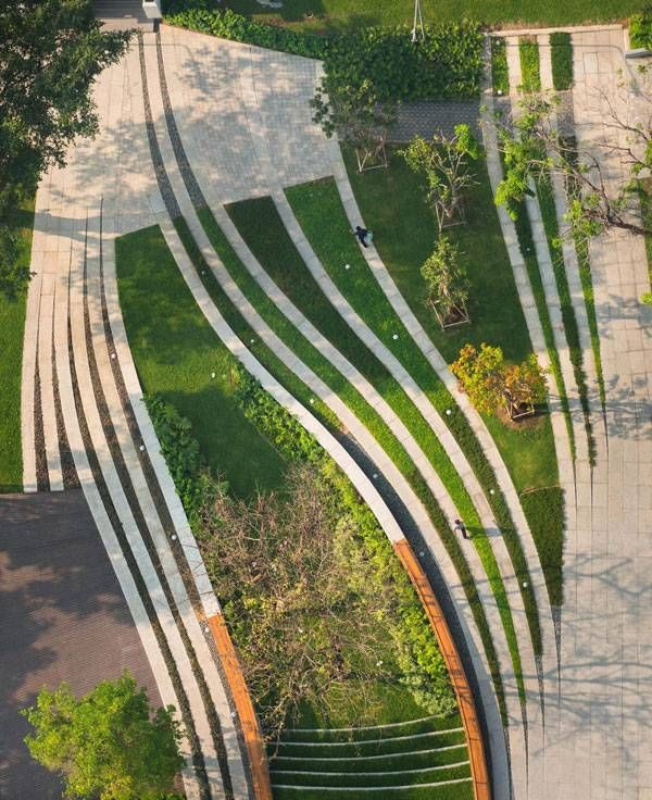 The result, which can be seen in the aerial view, is a dynamic synchronization of permeable-impermeable, new-old, constructed-void space that provides different experiences for pedestrian users of the site.