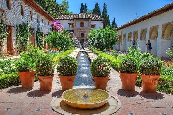 Комплекс Альгамбра в Гранаде — это живописные сады, внутренние дворики с великолепными фонтанами, водоёмы, изящные арки, стройные колонны и резные окна. Всё это великолепие дополняют причудливые растительные орнаменты, пёстрая мозаика и резные узоры.
