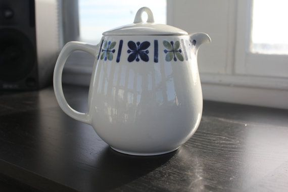 Beautiful Katrilli pattern large (coffee) pot with lid. Design by Kaj Franck, and pattern design by Raija Uosikkinen. Pitcher was in production during 1949-1964.