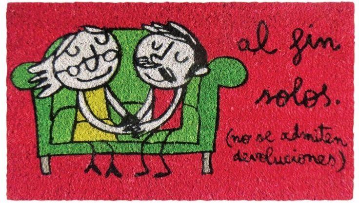 Felpudo Al fin solos, (no se admiten devoluciones). Un felpudo original y muy colorido perfecto para regalar. Con diseño de Anna Llenas, y lo tenemos en Decocuit, regalos y decoración en Burgos y también en www.decocuit.com.