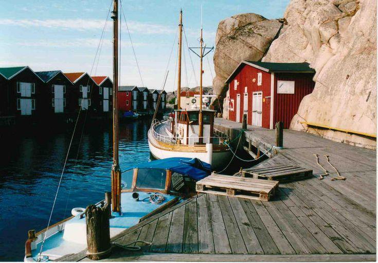 Schweden Bootscharter - Rotbraune Fischerschuppen sind gekonnt in die Felsen gearbeitet